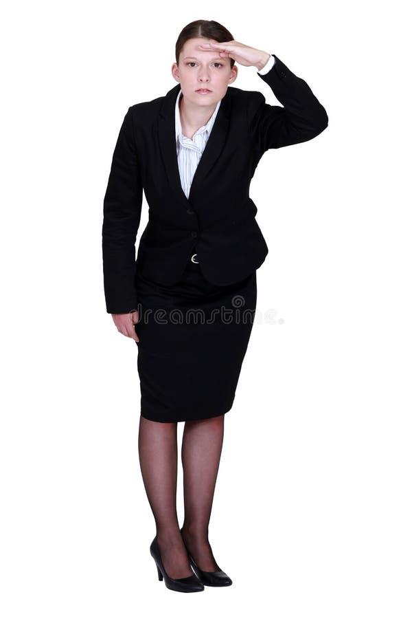 Donna di affari che fissa nell'orizzonte immagine stock libera da diritti