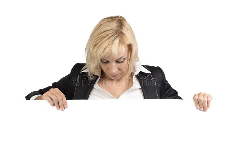 Donna di affari che guarda giù, tabellone per le affissioni orizzontale fotografia stock libera da diritti