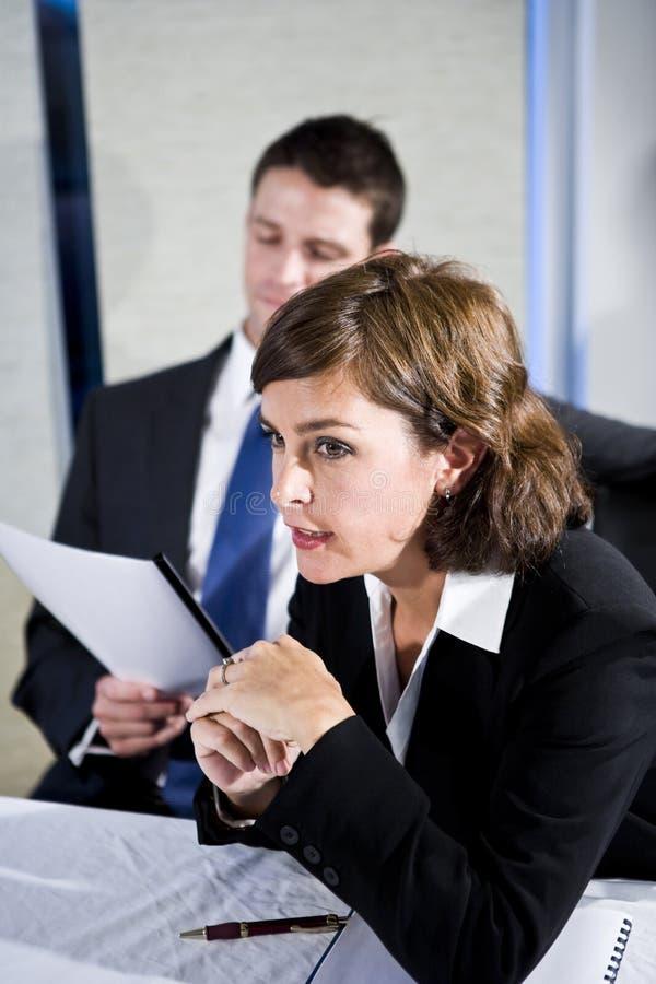 Donna di affari che guarda nella riunione della sala del consiglio immagine stock libera da diritti