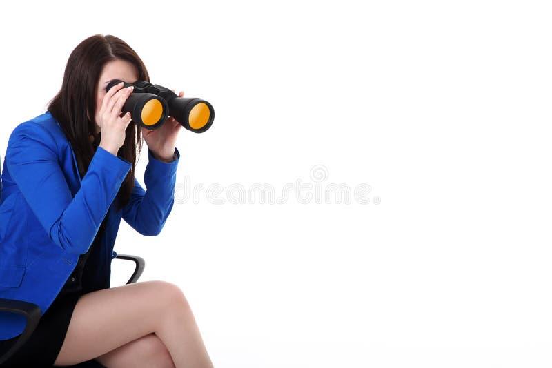 Donna di affari che guarda tramite il binocolo immagini stock