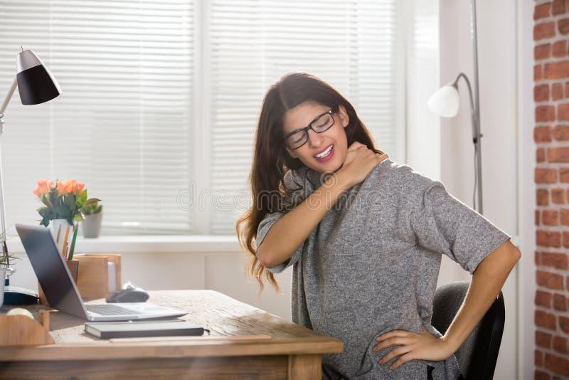 Donna di affari che ha dolore al collo fotografia stock libera da diritti