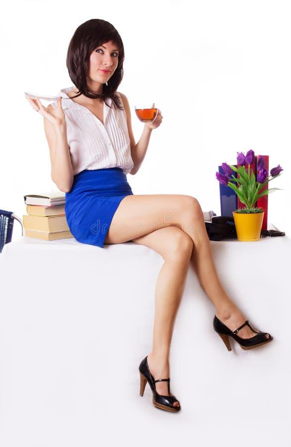 Donna di affari che ha pausa tè che si siede sulla tavola fotografia stock libera da diritti