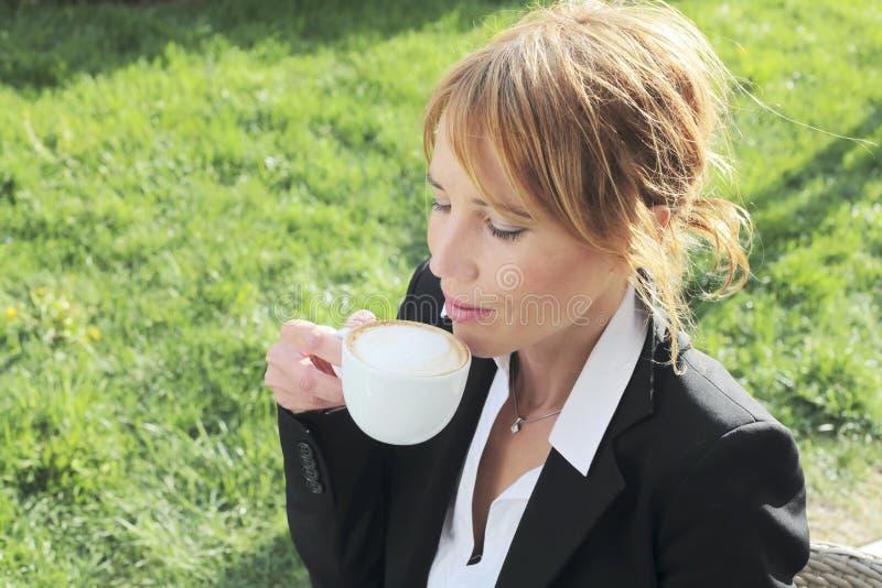 Donna di affari che ha un intervallo per il caffè fotografia stock