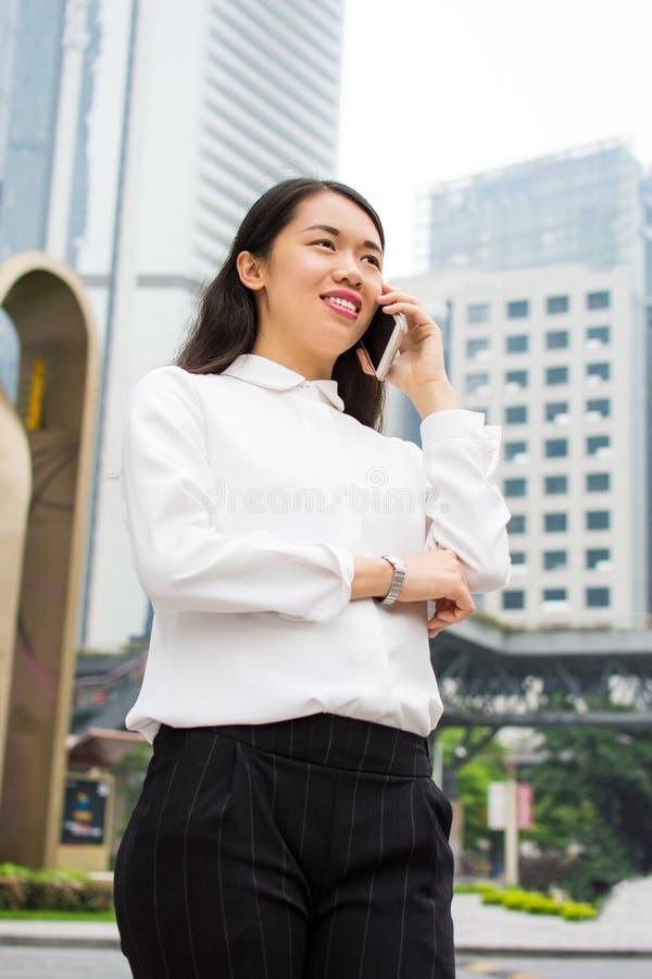 Donna di affari che ha una telefonata immagini stock libere da diritti