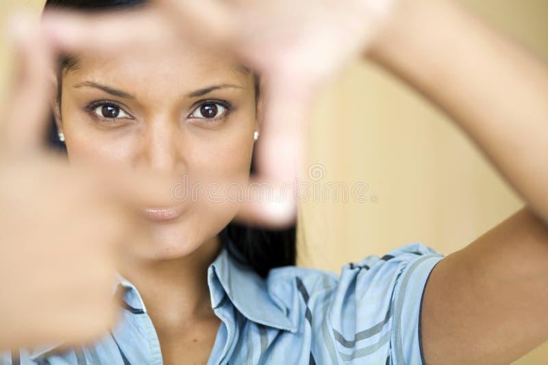 Download Donna Di Affari Che Incornicia I Suoi Occhi Immagine Stock - Immagine di servizio, resistenza: 3883667