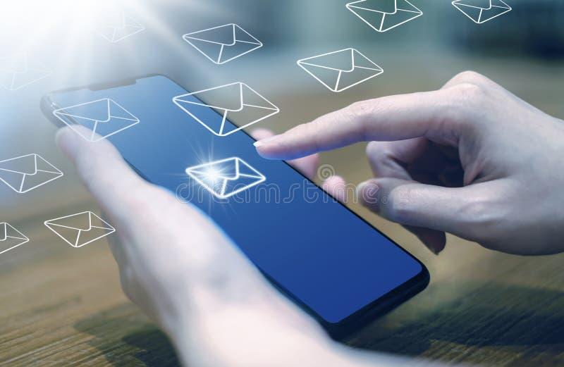 Donna di affari che invia gli sms ed introduzione sul mercato del email immagini stock libere da diritti