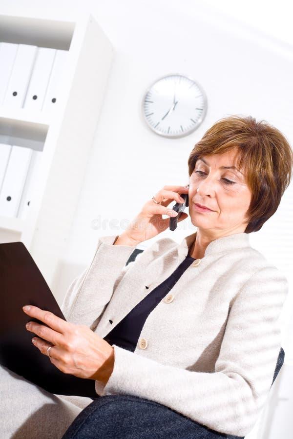 Donna di affari che invita telefono fotografie stock libere da diritti