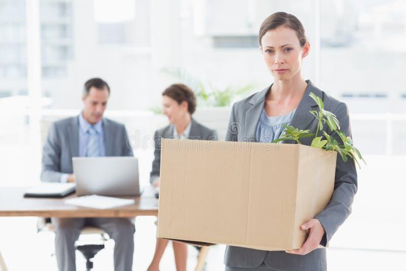 Donna di affari che lascia ufficio dopo l'infornamento immagine stock