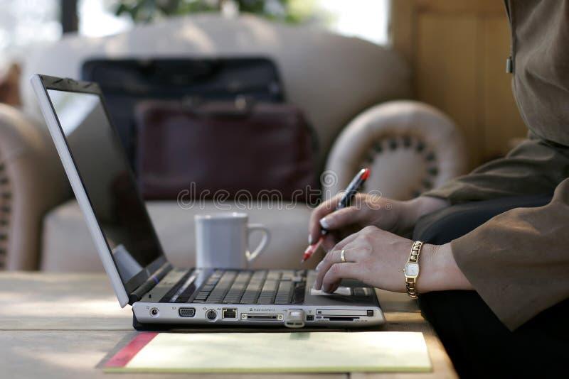Donna di affari che lavora ad un computer portatile immagine stock