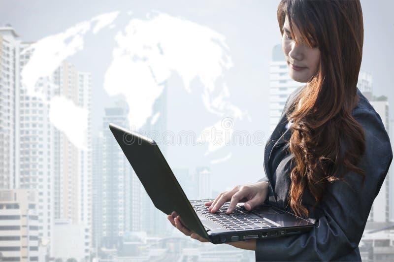 Donna di affari che lavora ad un computer portatile fotografie stock