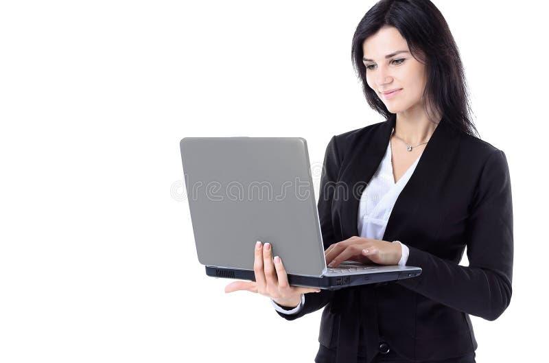 Donna di affari che lavora ad un fondo isolato del computer portatile e bianco integrale immagine stock libera da diritti