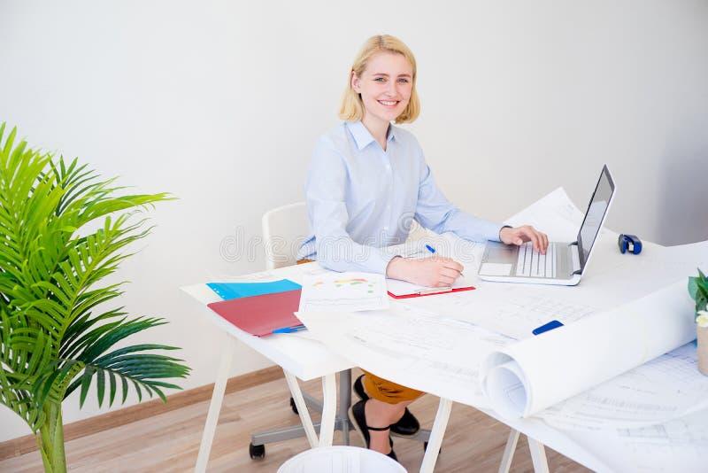 Donna di affari che lavora ad un progetto fotografia stock