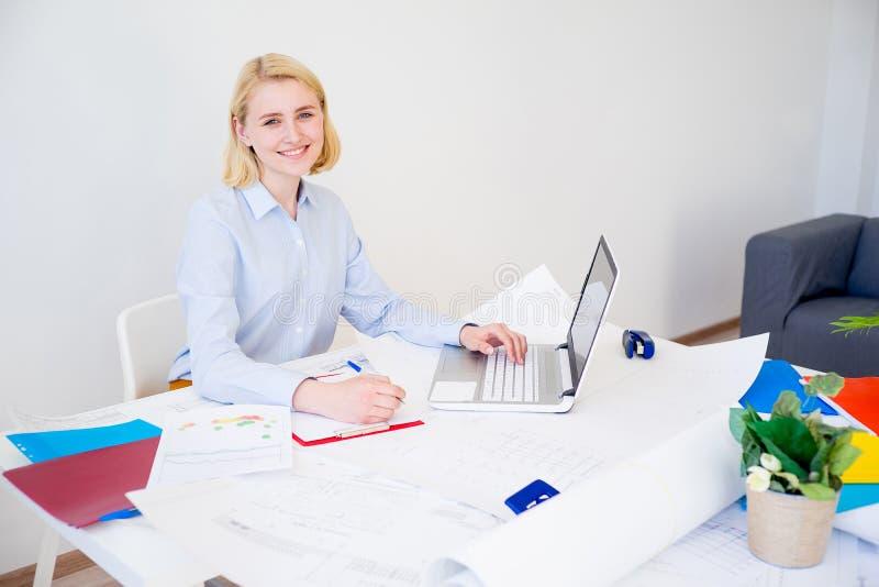 Donna di affari che lavora ad un progetto immagini stock