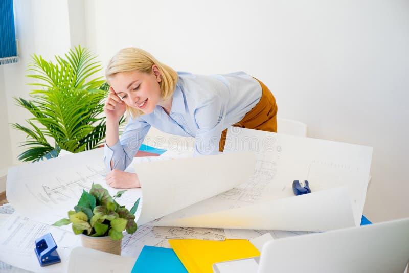 Donna di affari che lavora ad un progetto immagine stock libera da diritti