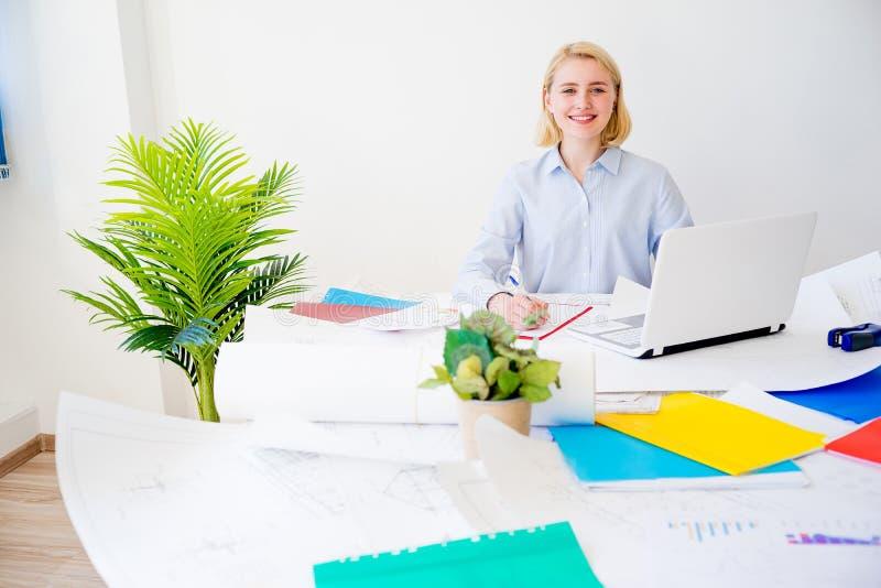 Donna di affari che lavora ad un progetto fotografie stock libere da diritti