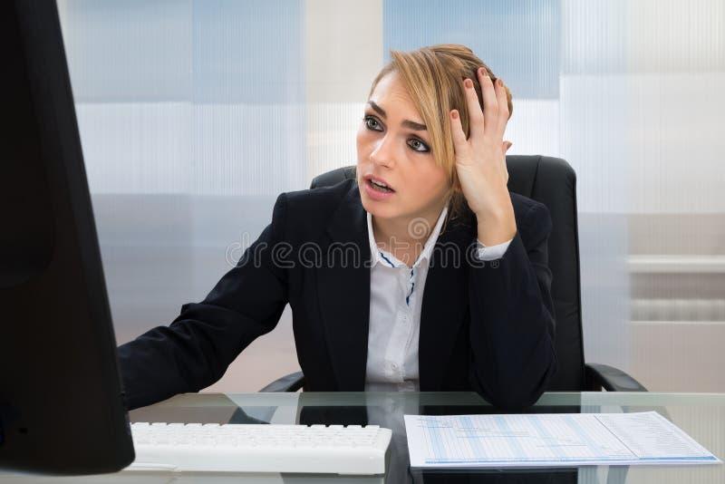 Download Donna Di Affari Che Lavora Al Calcolatore Fotografia Stock - Immagine di presidenza, femmina: 55360144