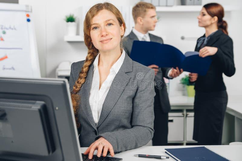 Donna di affari che lavora al computer immagine stock