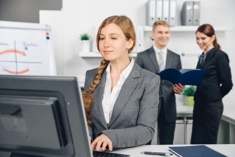 Donna di affari che lavora al computer fotografia stock libera da diritti