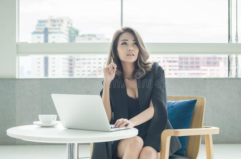 Donna di affari che lavora all'ufficio immagine stock
