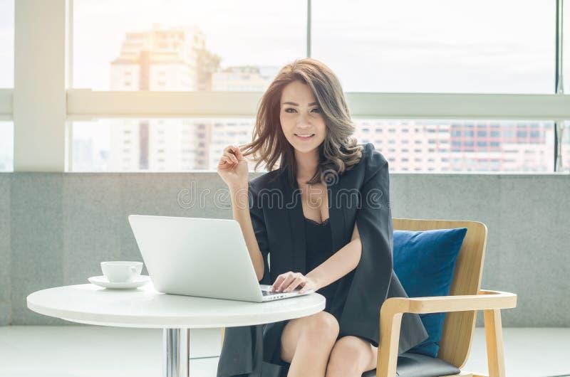Donna di affari che lavora all'ufficio immagini stock