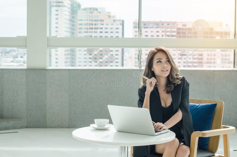 Donna di affari che lavora all'ufficio fotografie stock libere da diritti