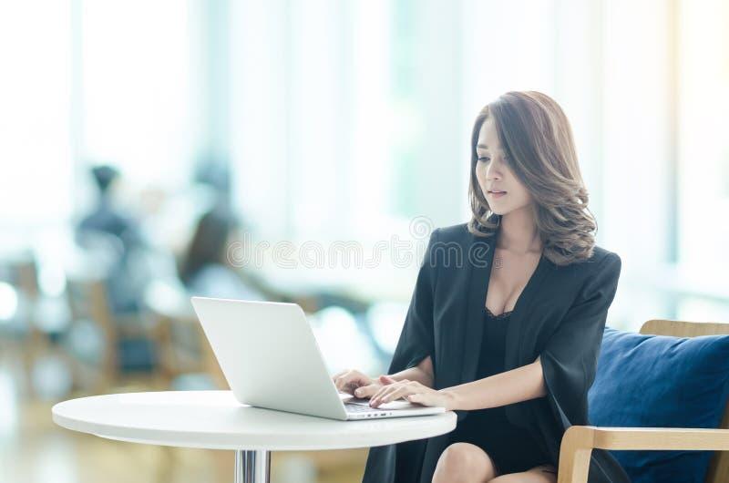 Donna di affari che lavora all'ufficio fotografia stock