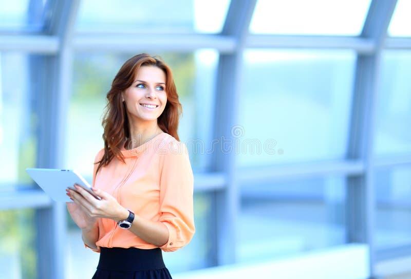 Donna di affari che lavora alla compressa digitale immagine stock libera da diritti