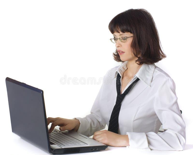 Donna di affari che lavora allo scrittorio, isolato su bianco. fotografie stock libere da diritti