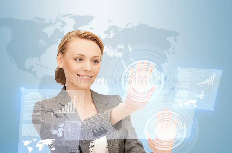 Donna di affari che lavora con gli schermi virtuali immagine stock