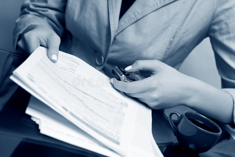Donna di affari che lavora con i rapporti finanziari. fotografia stock libera da diritti