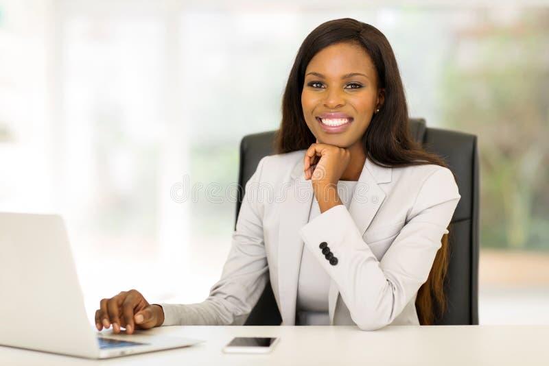 Donna di affari che lavora nell'ufficio immagini stock libere da diritti