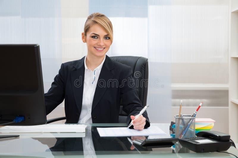 Download Donna Di Affari Che Lavora Nell'ufficio Fotografia Stock - Immagine di impiegato, moderno: 55359750