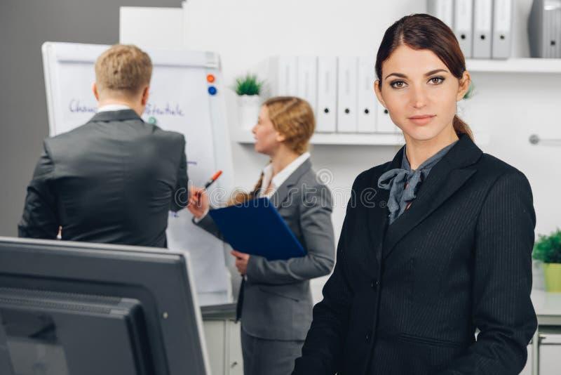 Donna di affari che lavora nell'ufficio fotografia stock libera da diritti