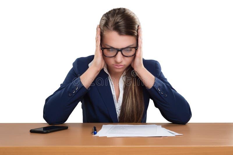 Donna di affari che lavora nell'ufficio, esaminando i documenti, pensanti, fotografie stock