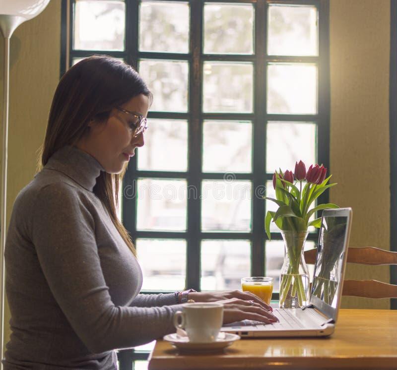 Donna di affari che lavora online fotografia stock