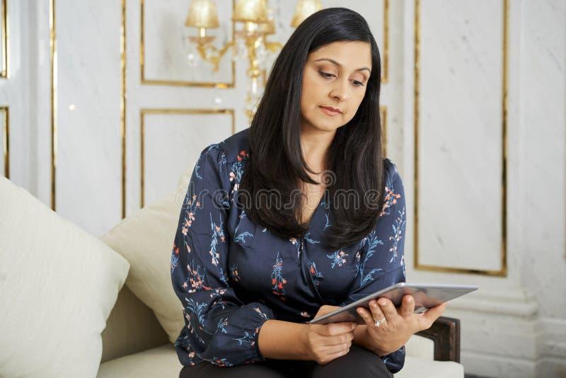 Donna di affari che lavora online immagine stock libera da diritti