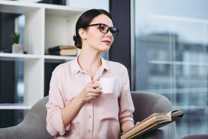 Donna di affari che legge il libro immagini stock libere da diritti