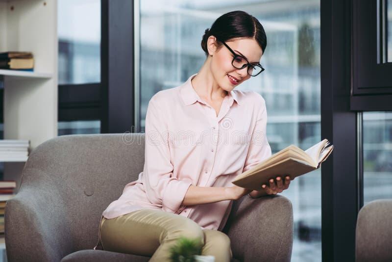Donna di affari che legge il libro fotografia stock libera da diritti