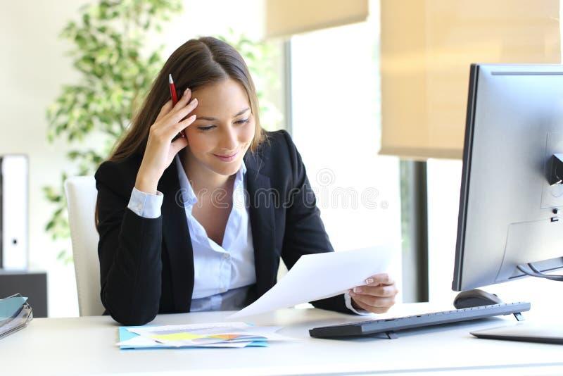 Donna di affari che legge un documento fotografia stock