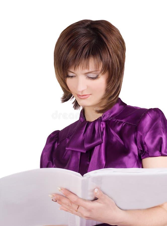 Donna di affari che legge uno scomparto sopra bianco fotografia stock