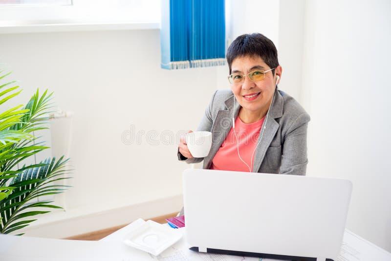 Donna di affari che mangia caffè fotografie stock
