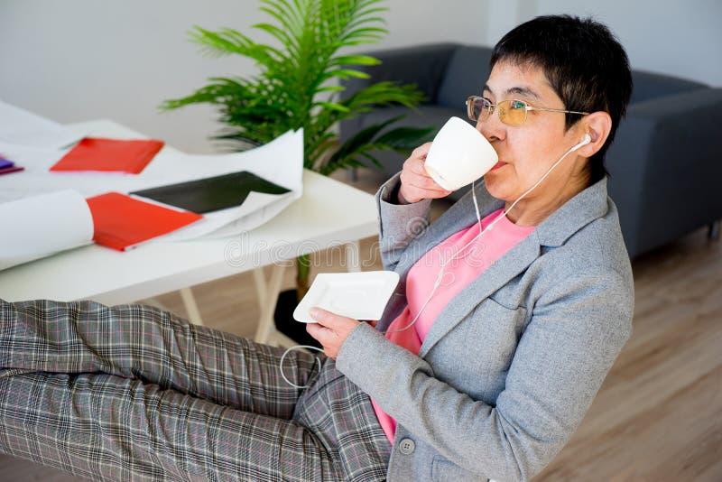 Donna di affari che mangia caffè immagini stock