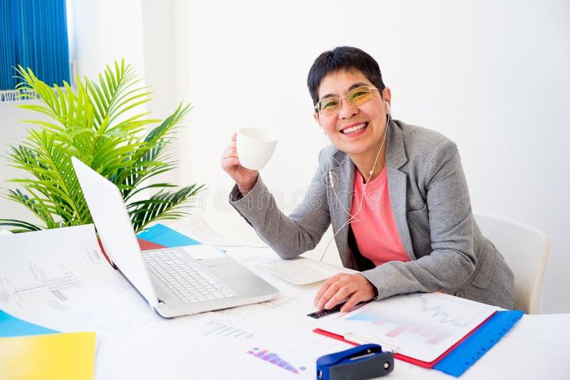 Donna di affari che mangia tè fotografie stock libere da diritti