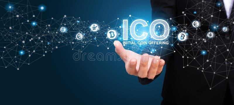Donna di affari che mostra ICO, offerta iniziale della moneta Iniziale Co di ICO royalty illustrazione gratis
