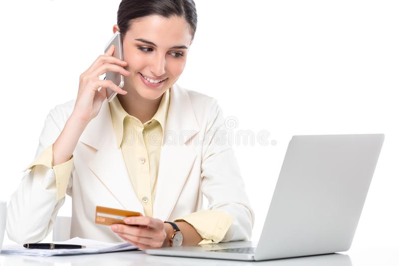 Donna di affari che mostra la carta di credito mentre lavorando fotografia stock libera da diritti