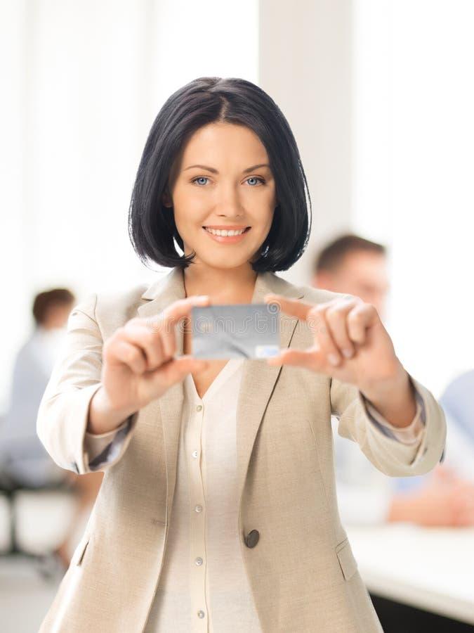 Donna di affari che mostra la carta di credito fotografie stock libere da diritti