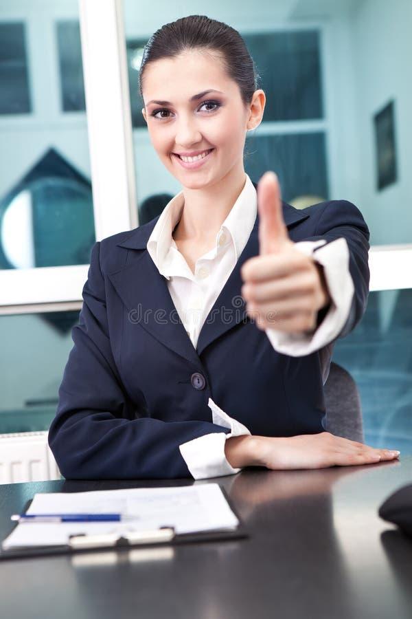 Donna di affari che mostra pollice sul segno immagini stock