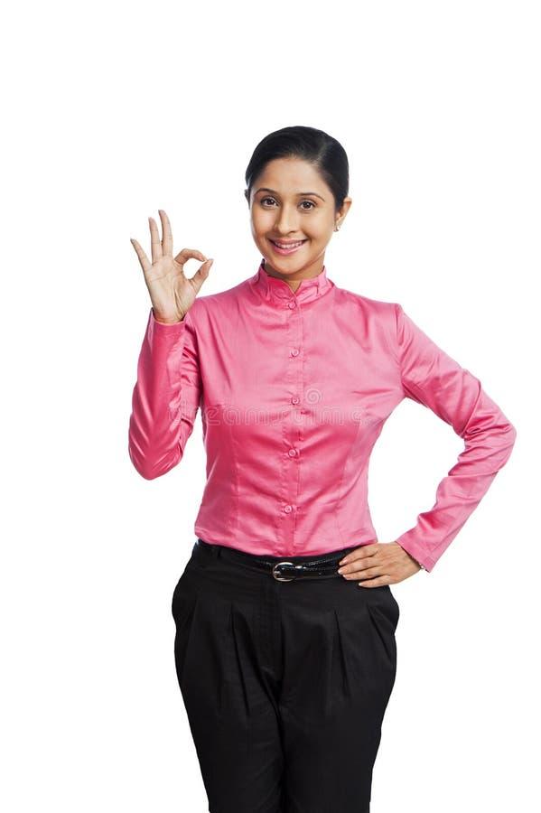 Donna di affari che mostra segno giusto immagine stock libera da diritti