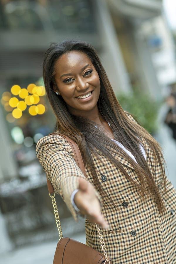 donna di affari che offre una stretta di mano convenzionale fotografia stock