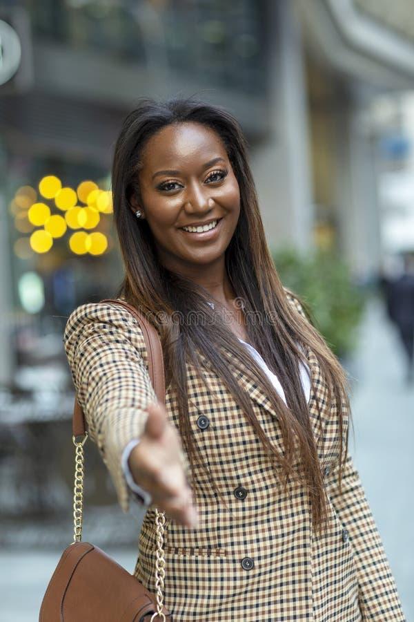 donna di affari che offre una stretta di mano convenzionale immagini stock